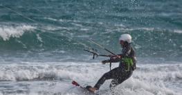 Kitesurfer beim Neoprenanzug testen